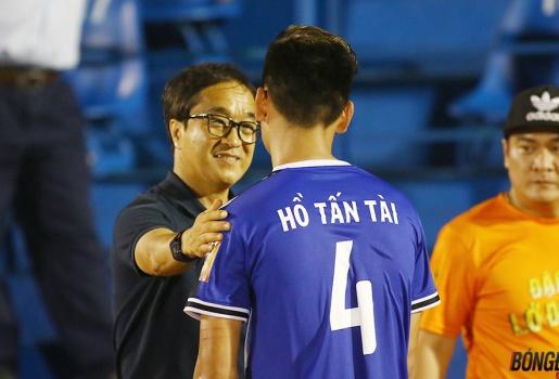 Vi hành sân Gò Đậu, trợ lý HLV Park Hang-seo hỏi thăm Anh Đức, động viên Tấn Tài