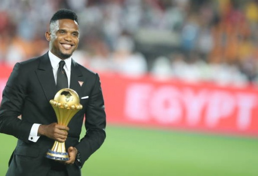 Huyền thoại Cameroon ăn mặc bảnh bao dâng cúp vô địch CAN cho Riyad Mahrez