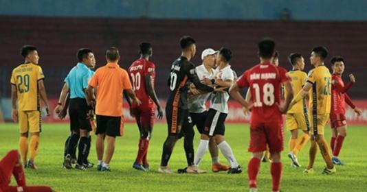 SỐC: Trợ lý CLB Hải Phòng lao vào sân định tẩn trọng tài   Bóng Đá
