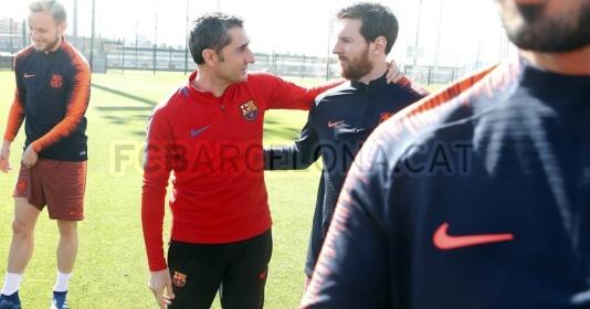 Dù chấn thương, Messi vẫn ra sân tập cùng Barcelona