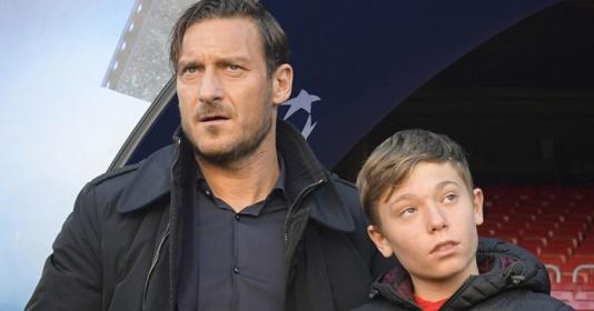 Huyền thoại Totti dẫn theo con trai đến Nou Camp tiếp sức Roma | Bóng Đá