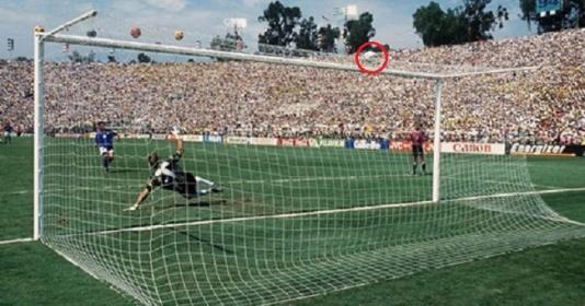 10 pha bỏ lỡ bàn thắng đáng tiếc nhất lịch sử World Cup | Bóng Đá