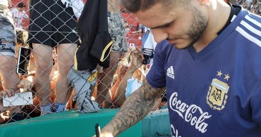 Icardi lẳng lặng ký tặng lên áo đấu của Messi