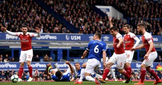 Fan Arsenal: Cậu ta chỉ biết chạy vòng vòng | Bóng Đá