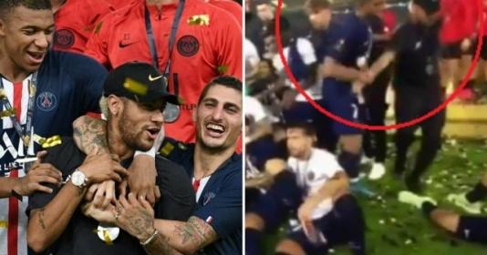 CỰC SỐC! Mbappe kéo Neymar xô ra ngoài trong lễ đăng quang Siêu Cúp Pháp