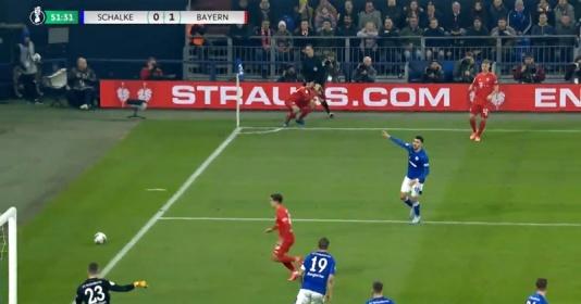 """CHOÁNG! Học đòi """"cosplay"""" Arnold, sao Bayern ê mặt gục ngã xuống sân đầy hài hước"""