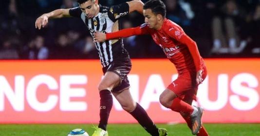 Theo đuổi ''Evra mới'', Man Utd nhận tin vui | Bóng Đá