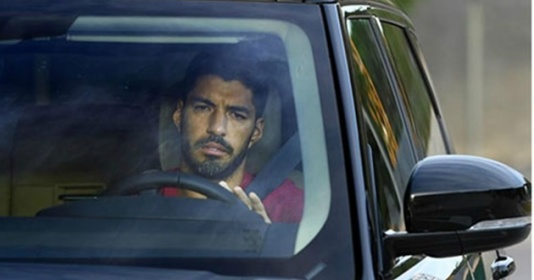 Suarez dọn sạch đồ đạc, đẫm lệ trong ngày chia tay...
