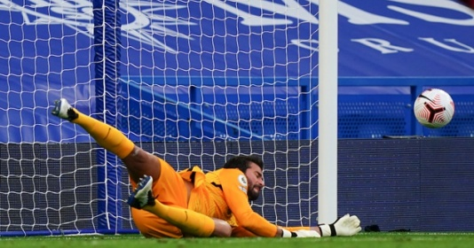 Alisson tiết lộ bí quyết cản penalty thần sầu khiến Chelsea ôm hận | Bóng Đá