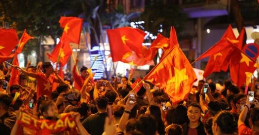 CĐV Hà Nội phủ kín phố đi bộ ăn mừng chiến thắng đội tuyển Việt Nam   Bóng Đá