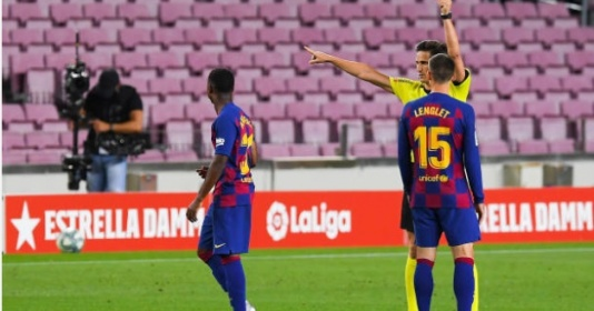 """Vào sân 5 phút, thần đồng Barca đã phải """"đi tắm sớm"""""""