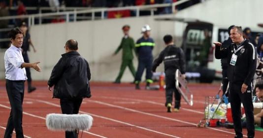 """SỐC! Lộ hình ảnh """"quá bẩn"""" của trợ lý tuyển Thái Lan với thầy Park"""