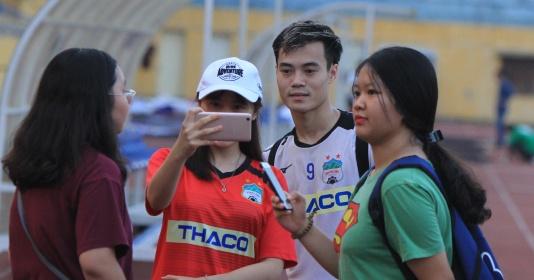 Văn Toàn, Xuân Trường, Văn Thanh bị cổ động viên vây hết đường về | Bóng Đá