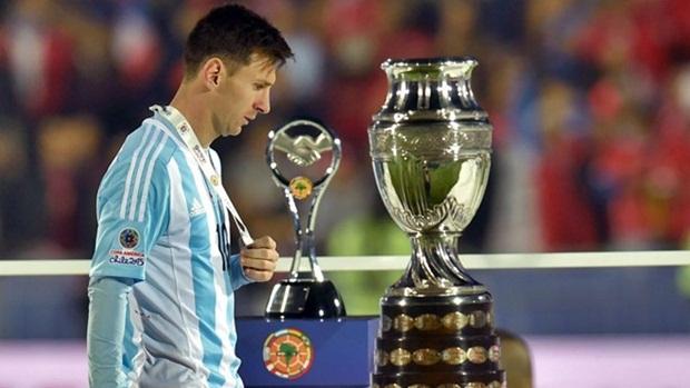 Messi đã từng ở rất gần chiếc Cúp Copa America. Ảnh: Internet.