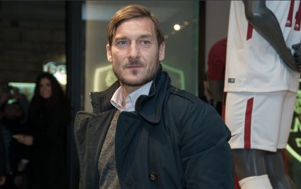 Totti tái ngộ dàn sao Roma trong ngày khai trường cửa hàng mới của Bầy Sói - Bóng Đá