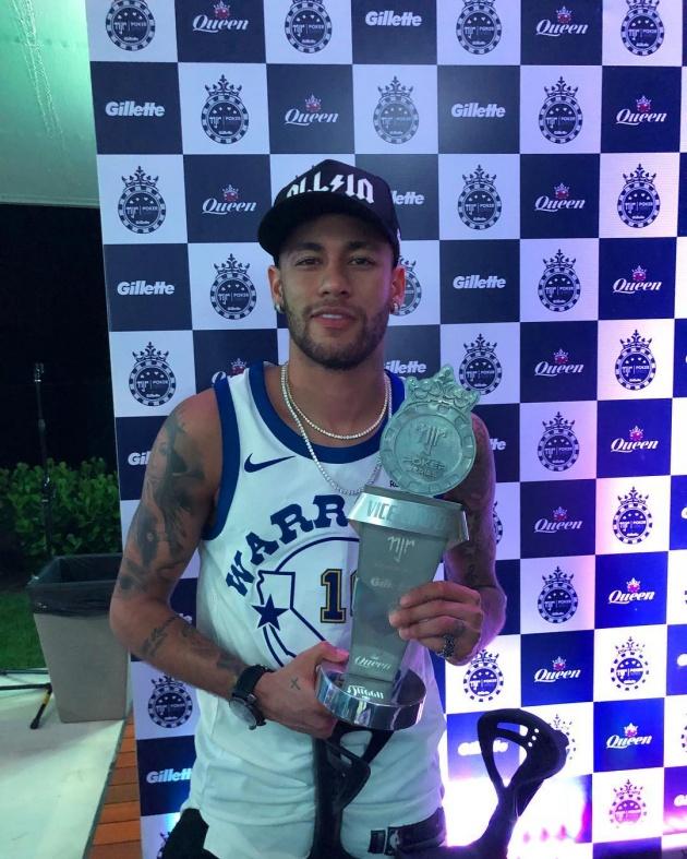 Neymar ngồi không cũng ôm cúp? - Bóng Đá