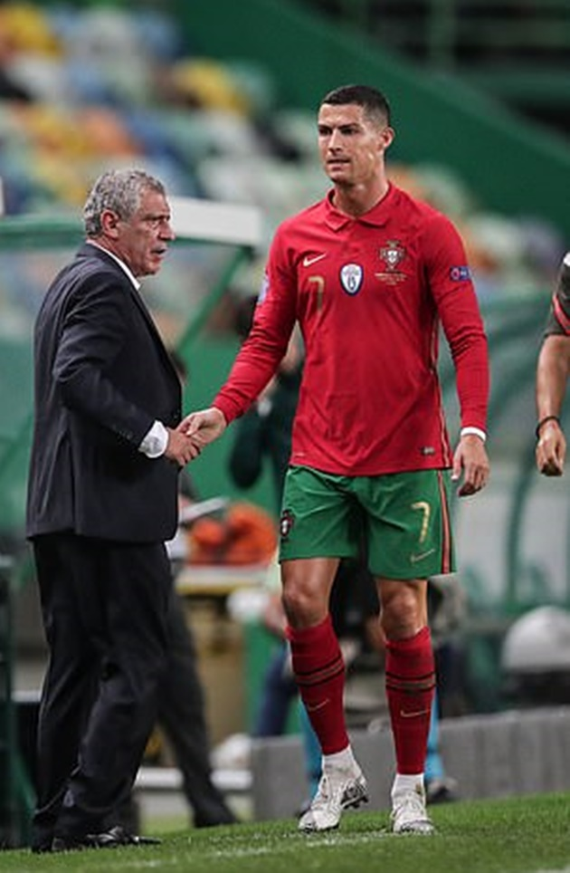 Cristiano Ronaldo in high spirits despite positive Covid test as he gives the thumbs-up  - Bóng Đá