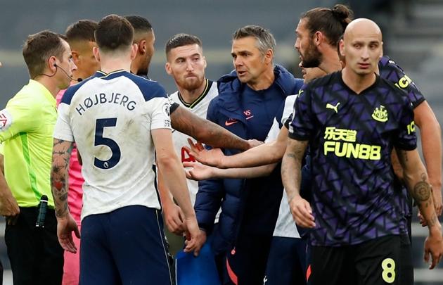 HLV Tottenham bị tước quyền chỉ đạo trước trận đấu với Chelsea