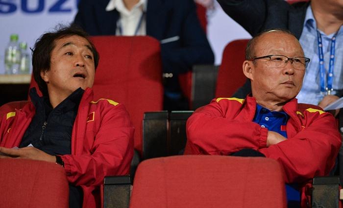 Thầy Park và các cộng sự thay nhau vi hành tại vòng 19 V-League