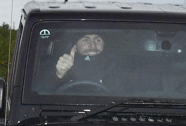 Tất cả bùn rũ rượi, 1 cầu thủ M.U giơ ngón tay cười hớn hở khi Mourinho bị sa thải