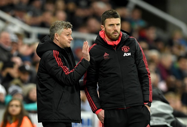 'Không như Mourinho, Solskjaer thích để các trợ lý hành sự'