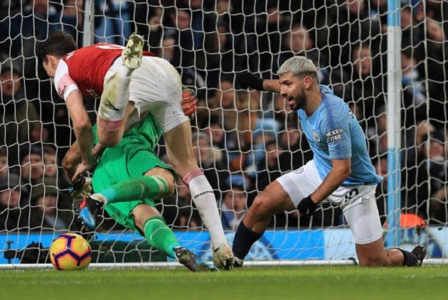 Hàng thủ thảm họa của Arsenal đã làm gì khi Aguero lập hat-trick?