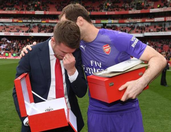 Chia tay Arsenal sau 11 năm, Ramsey không cầm được nước mắt