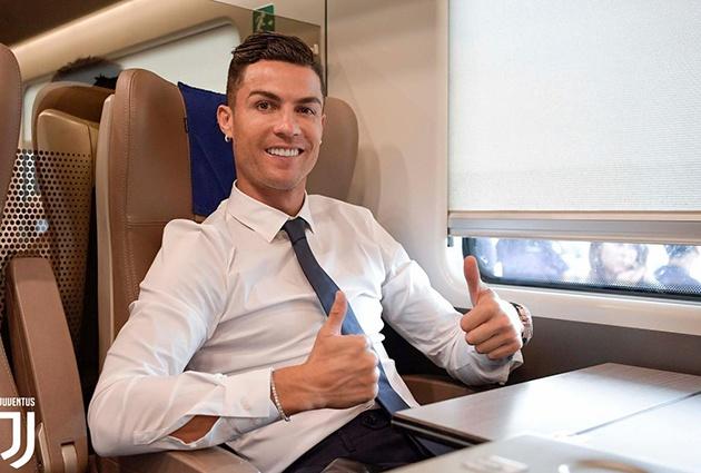 Ronaldo và đồng đội diện vest lịch lãm, chờ trận khai màn Serie A