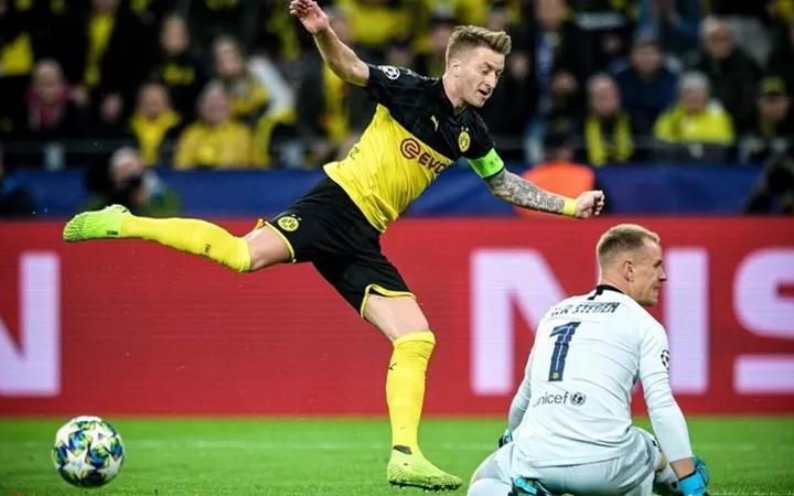 Phản ứng khó tin của Ter Stegen sau pha cản phá penalty