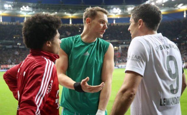 Thủng lưới 5 bàn, Lewandowski phản ứng khó tin với Neuer trên sân