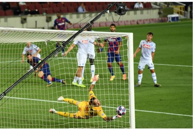 Dùng động tác giả trong lúc ngã, Messi lừa mất vé đi tiếp của Napoli