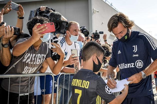 Ngày đầu làm HLV tại Juventus, Pirlo được NHM Ronaldo xin chữ ký