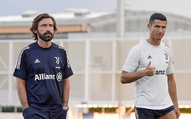 Ronaldo ra dấu, ủng hộ Pirlo trong buổi tập đầu tiên