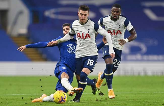Đang tâm sự với Thiago Silva, sao Tottenham bị đồng đội đến chất vấn