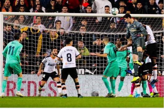 Bật cao hơn tất cả, Courtois cứu Real khỏi cơn ác mộng tại Mestalla