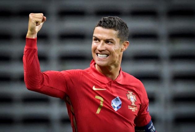 Cristiano Ronaldo loves bingo, David Beckham likes fencing, Joe Allen saves chickens and other footballers' hobbies - Bóng Đá