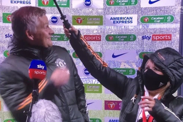 Fans mock Solskjaer as Man Utd boss lets drenched assistant hold umbrella for him in torrential rain at Brighton - Bóng Đá