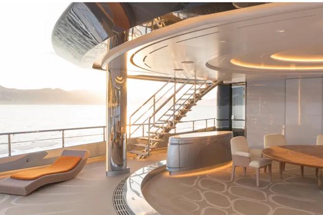 Inside Tottenham billionaire owner Joe Lewis' £113m superyacht complete with a full sized tennis court - Bóng Đá
