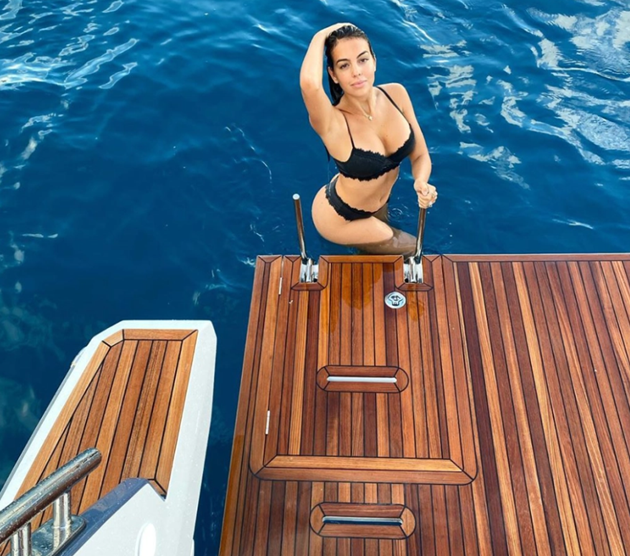Georgina Rodriguez looks sensational in one-piece leaving little to imagination on her and Cristiano Ronaldo's yacht - Bóng Đá