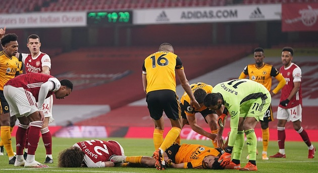 Raul Jimenez rushed to hospital after sickening collision with David Luiz - Bóng Đá