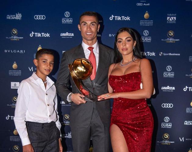 Cristiano Ronaldo's girlfriend soaks up sun in bikini on Dubai beach - Bóng Đá