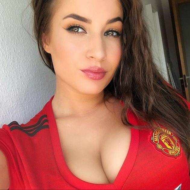 Man Utd's 'sexiest fan' celebrates going top with sizzling new footie snaps - Bóng Đá
