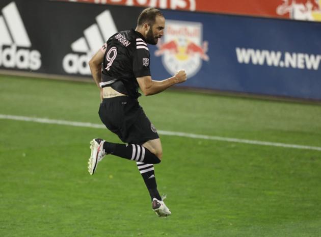 Ex-Chelsea striker Higuain has 'passion for dirty women' - Bóng Đá