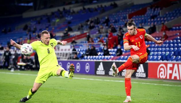 Shock as Man United star Dan James pops up with towering header for Wales after lovely Gareth Bale assist - Bóng Đá