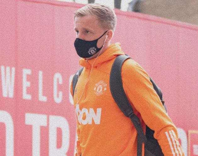 Man Utd fans furious at Donny van de Beek tweet sent from official club account - Bóng Đá