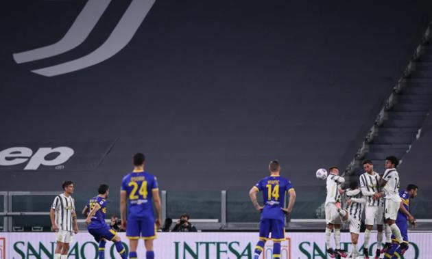 Watch Cristiano Ronaldo duck out the way of free-kick goal - Bóng Đá