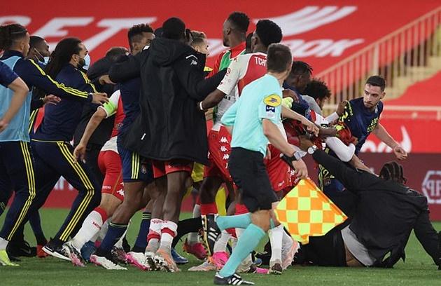 Trận đấu bạo lực giữa Monaco và Lyon - Bóng Đá