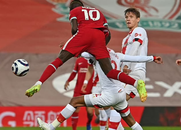 Thiago skins two Southampton players in superb demonstration of close control - Bóng Đá