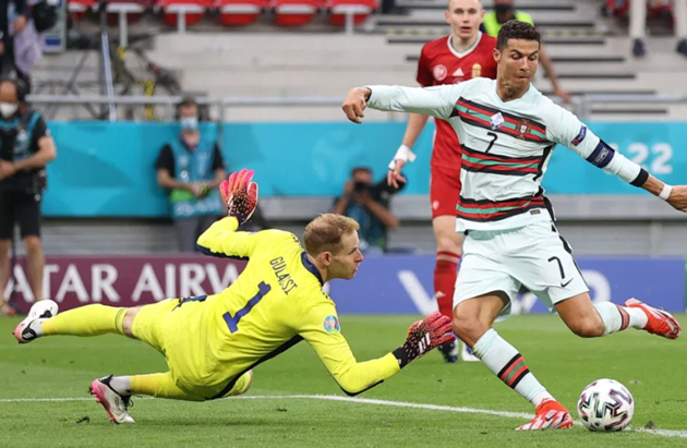 Cristiano Ronaldo fumes at Diogo Jota for not passing in Euro 2020 opener - Bóng Đá