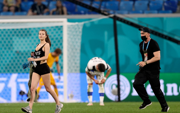 Euro 2020 pitch invader advertises cryptocurrency in skimpy outfit during Belgium's clash with Finland - Bóng Đá